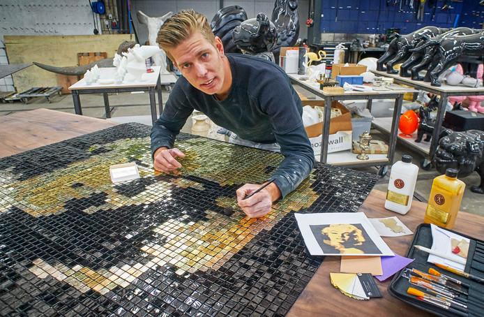 Remon van Zoggel uit Schijndel werkt aan het kunstwerk met Marilyn Monroe, een van zijn vijf kunstwerken die deze maand te zien zijn in Miami.