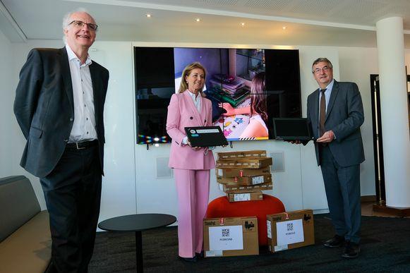 Pierre-Yves Jeholet, minister-president van de Franstalige gemeenschap, krijgt 120 laptops van de vertegenwoordigers van ENGIE en Econocom.