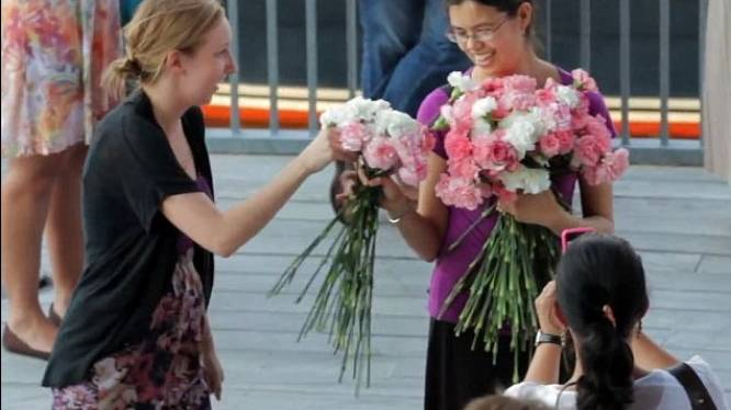 Wildvreemden + bloemen = ontroerend huwelijksaanzoek