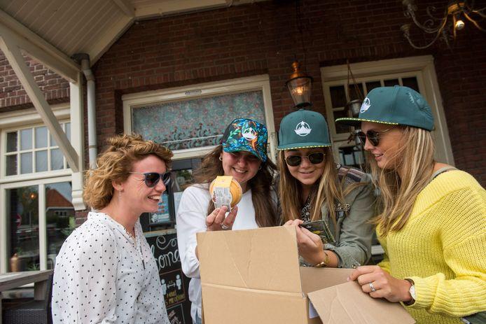 Ze kunnen niet wachten om de inhoud van de WiSH-doos te checken, vier vriendinnen uit Huizen vlnr. Marthe Stalenhoef, Michelle Niessink, Nina Rozendaal en Joyce Westland.