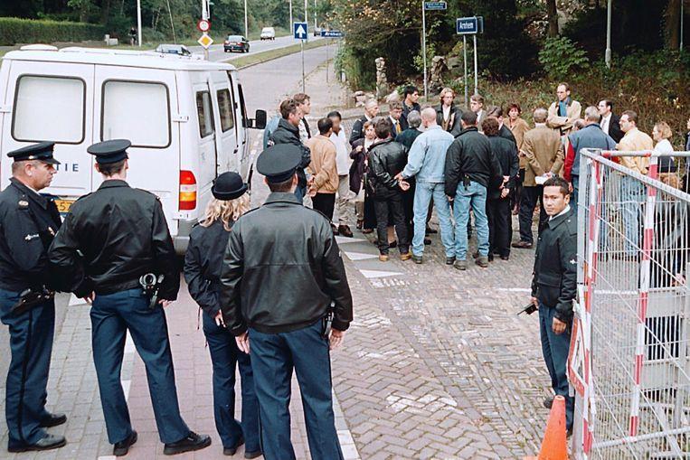Rechters, officieren van justitie, advocaten en verdachten van de Villamoord worden in 1999 rondgeleid langs de plaats van het delict aan de Apeldoornseweg. Beeld Marc Pluim