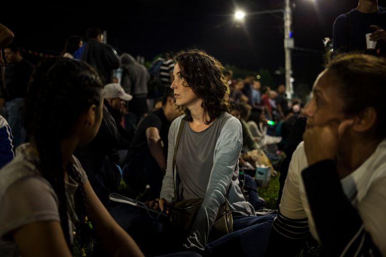 In gesprek met migranten in El Salvador die willen proberen in een karavaan de VS te bereiken, november 2018. 'Op een simpele vraag volgde vaak een heel levensverhaal. De wereld kent een chronisch gebrek aan toehoorders.' Beeld null