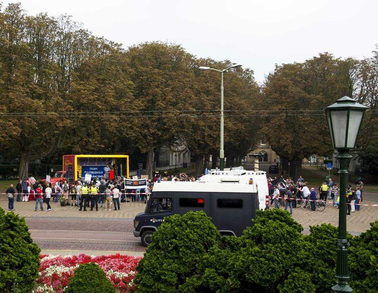 Politieagenten houden een oogje in het zeil tijdens een demonstratie van Anti-Fascistische Actie. Beeld anp