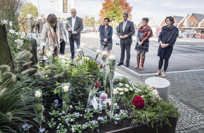 Herdenking Monstertruckdrama bij monument ''Met elkaar, voor elkaar'' in hoek van parkeerplaats van de Jumbo. Burgemeester Kok en leden van het college leggen een witte roos neer.
