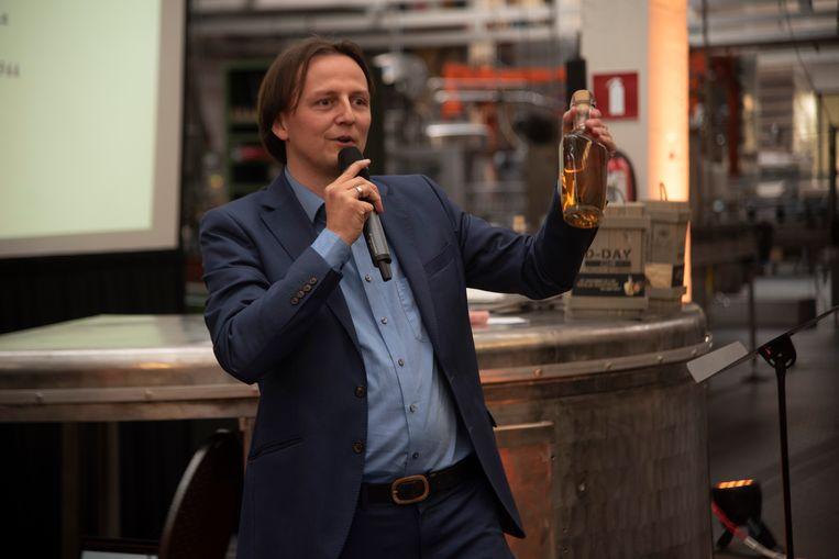Kenneth Taylor met de nieuwe Gold edition van D-Day Gin.
