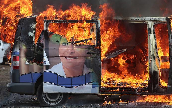 Een auto van de kandidaat-senator voor de Mexicaanse senaat  Alma Mireya Gonzalez Sanchez  werd in brand gestoken door tegenstanders.  Foto Ivan Villanueva