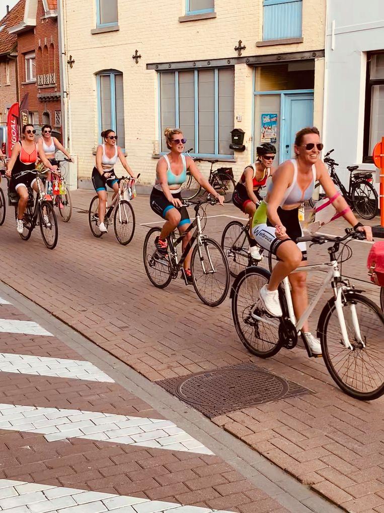 De dames van Ohlala stonden met sportbeha's aan de start van Lendlee Koers, al was enkel voor een ererondje.