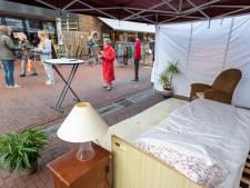 Deze vrouwen vragen op de weekmarkt van Vaassen in pyjama aandacht voor mantelzorg