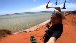 Kitesurfer maakt fenomenale sprong