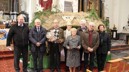Bisschop deelt eretekens uit