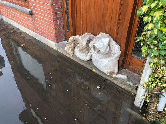 Inwoners van Klein Heiken in Ekeren legden zandzakjes aan hun voordeur.