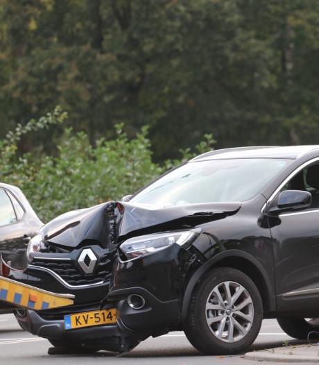 Auto crasht tegen verkeerslicht: chaos in Apeldoorn