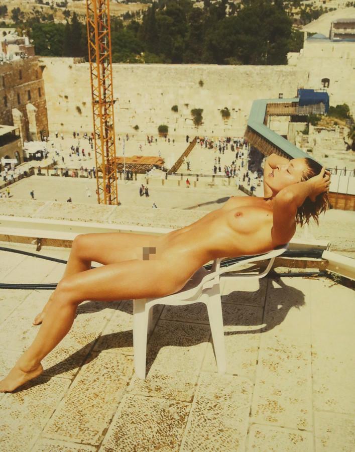 Marisa Papen poseerde op de 70ste verjaardag van Israël naakt aan de Klaagmuur.