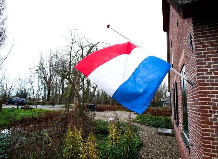 Donderdagochtend in alle vroegte vertrok de rouwstoet van acteur Bram van der Vlugt vanaf zijn woonadres aan de Meije naar de Koninklijke Schouwburg in Den Haag. Om hun betrokkenheid te tonen hingen buurtgenoten de vlag halfstok.