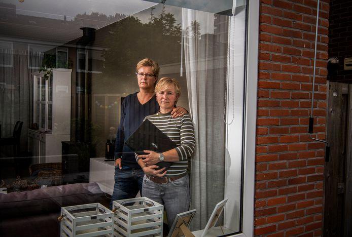 De (schoon)ouders van Nicolette de Quant (r) en Cora de Bruin (l) raakten al hun spaargeld kwijt door hun geld over te maken na een telefoontje van een man die zich voordeed als Rabobank medewerker. Ze doen hun verhaal omdat ze anderen willen waarschuwen.
