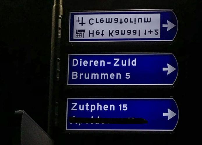 Een voorbeeld van één van de verkeersborden in Dieren die ondersteboven hangen.