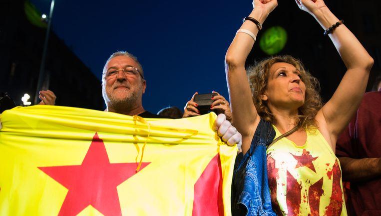 Mensen juichen als ze de eerste exit polls zien. Beeld getty