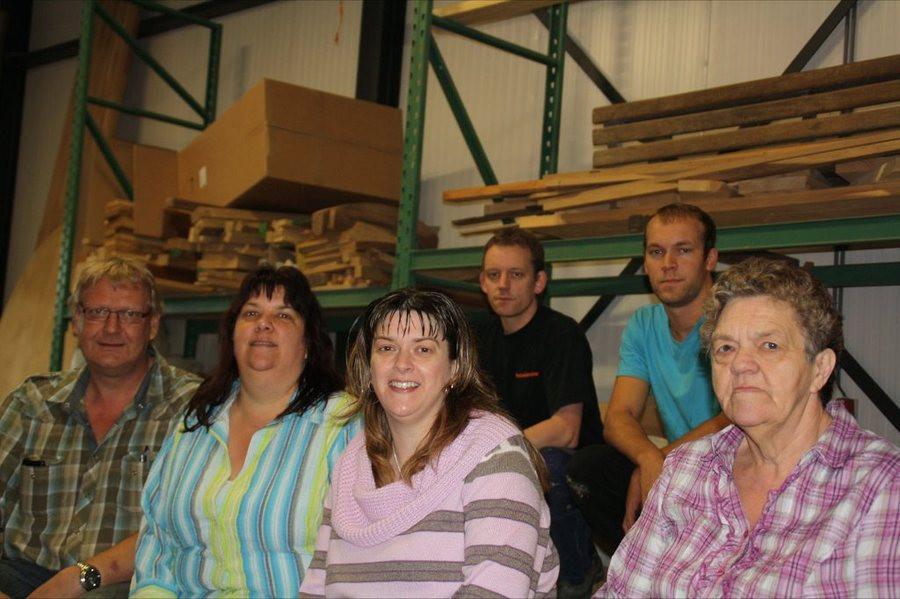 Verkoopadviseur Hans Kloosterman (vlnr), schoonzus Geke, vrouw Sandra en schoenmoeder Pietje. Linksachter Feico zelf en een van zijn broers. © Westra Interieur