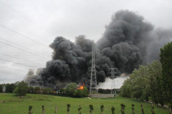 De brand zorgde voor een rookpluim die kilometers ver te zien was.