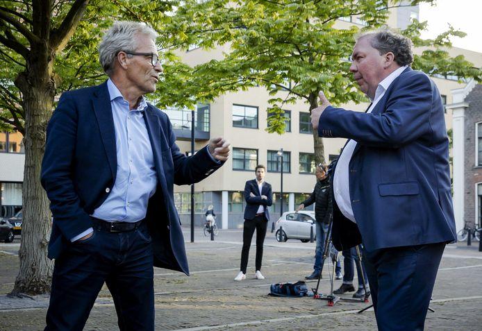 De Graafschap-directeur Hans Martijn Ostendorp (rechts) discusseert voor de rechtbank met EricGudde, de directeur van de KNVB.