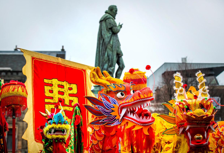 Een optocht door het centrum van Den Haag tijdens de viering van het Chinese Nieuwjaar in en om het stadhuis. Beeld null