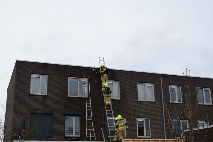 De politie in actie bij het brandje in Arnhem.