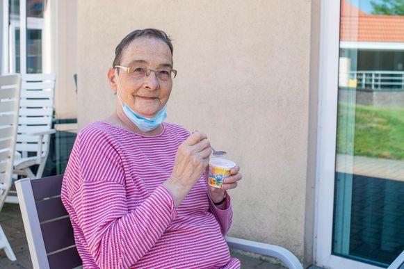 Bewoonster Lieve geniet van een fris ijsje