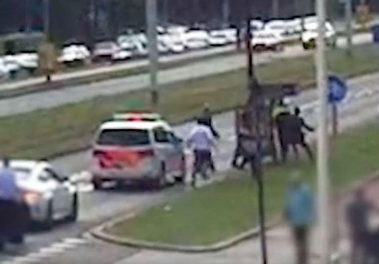 Op videobeelden is te zien hoe de agent wordt neergeslagen.  Beeld Opsporing Verzocht