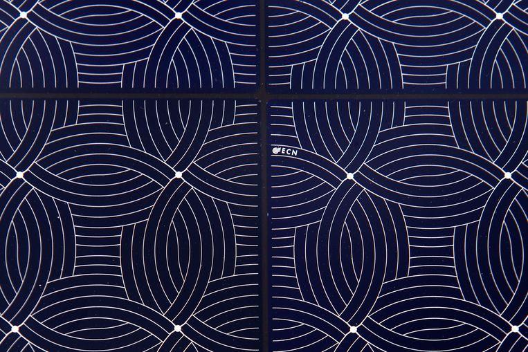 Het lijnenspel op de panelen doet denken aan een tekening van kunstenaar Escher. Bij ECN vinden ze het resultaat zo mooi dat de modellen als schilderijtjes bij de ingang van het gebouw hangen. Beeld Olaf Kraak