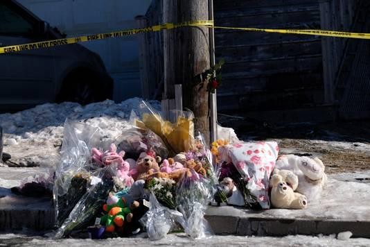 Omwonenden laten knuffels en bloemen achter bij de rampplek.