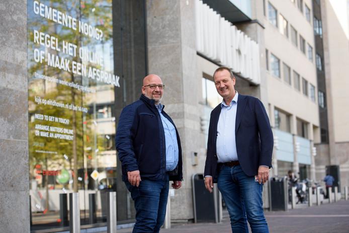 EINDHOVEN - Bouko Kroon (l) en Henk Jager van de ChristenUnie voor het stadskantoor van de gemeente Eindhoven.
