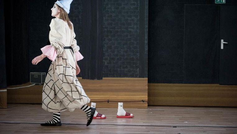 Mooie rollen van de jonge Nimuë Walraven en Marijn Brussaard als weifelende clowns. Beeld Annette Embrechts