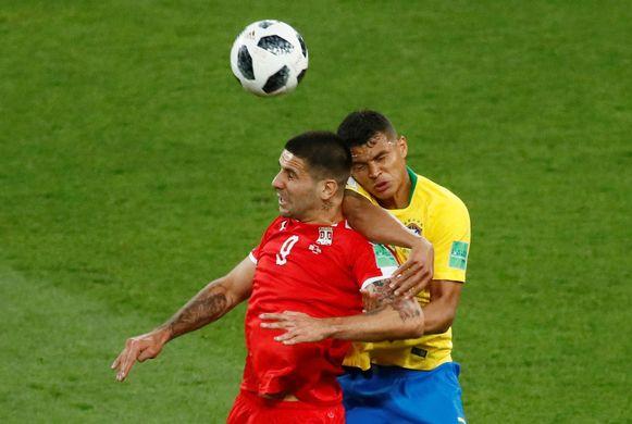 Mitrovic verwikkeld in een verbeten luchtduel met Thiago Silva.