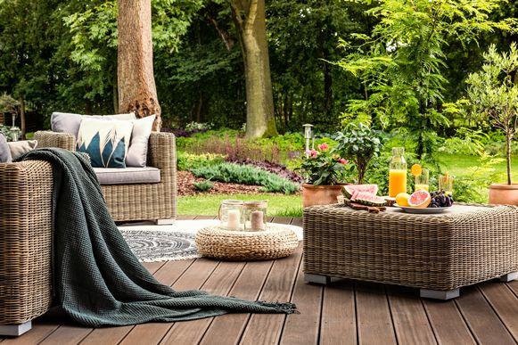 Wil je in de zomer volop van je terras genieten? Maak dan in het voorjaar tijd voor een grondige schoonmaakbeurt met detergent en een hogedrukreiniger.
