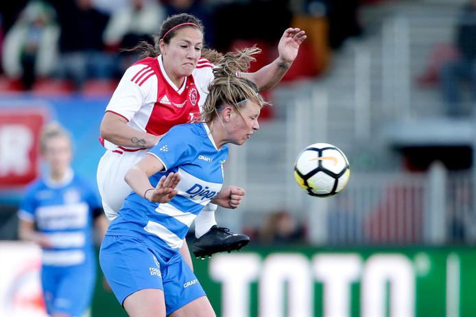 (L-R) Vanity Lewerissa (Ajax) en Leonie Vliek (PEC Zwolle) in duel