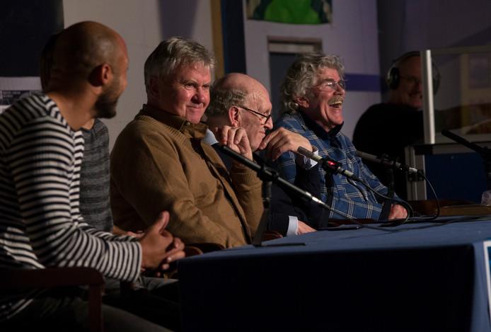 Berry Powel, Guus Hiddink, Simon Kistemaker en Bennie Jolink (vanaf links) tijdens de boekpresentatie van '65 jaar De Graafschap'.