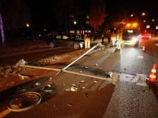 Beschonken man rijdt lantaarnpaal uit de grond in Veldhoven