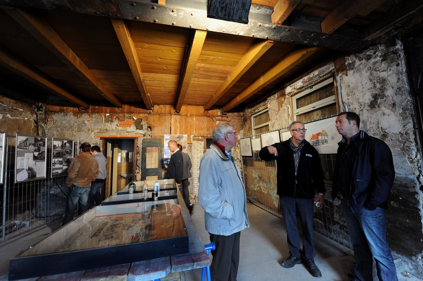Karel Bartelen (2e van rechts) geeft uitleg over zijn plannen met café Onder de Toren. Foto Edmund Messerschmidt/ het fotoburo