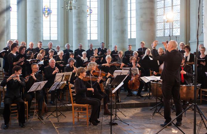 Het Hanze Projectkoor met dirigent Joost Hekel, vorig jaar in de Bergkerk in Deventer.