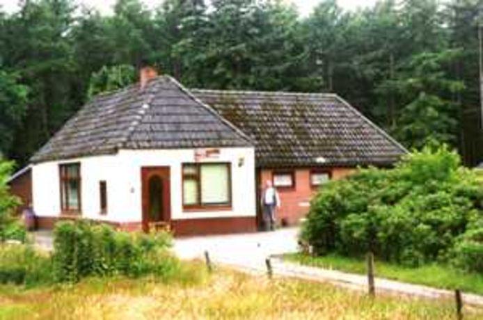 Het karakteristieke witte boerderijtje van 'Rooie Henkie' aan de Almeloseweg 3 in Haarle.