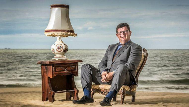 """Bart Tommelein over crisiscommunicatie, struisvogels en sluipschutters """"Niet elke verkoper is een deugniet"""" Bart Tommelein trok met plezier met onze fotograaf naar het strand. """"Als ik in 2018 burgemeester van Oostende word, zal ik geen kandidaat meer zijn voor een nieuw ministerambt."""""""