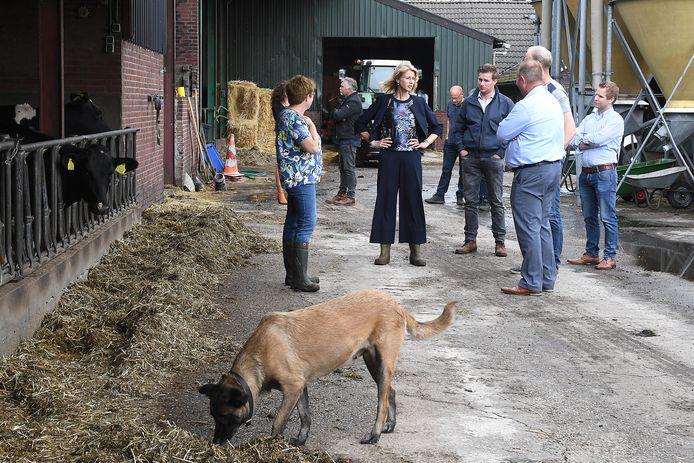 Mona Keijzer tussen de boeren in Sint Hubert.
