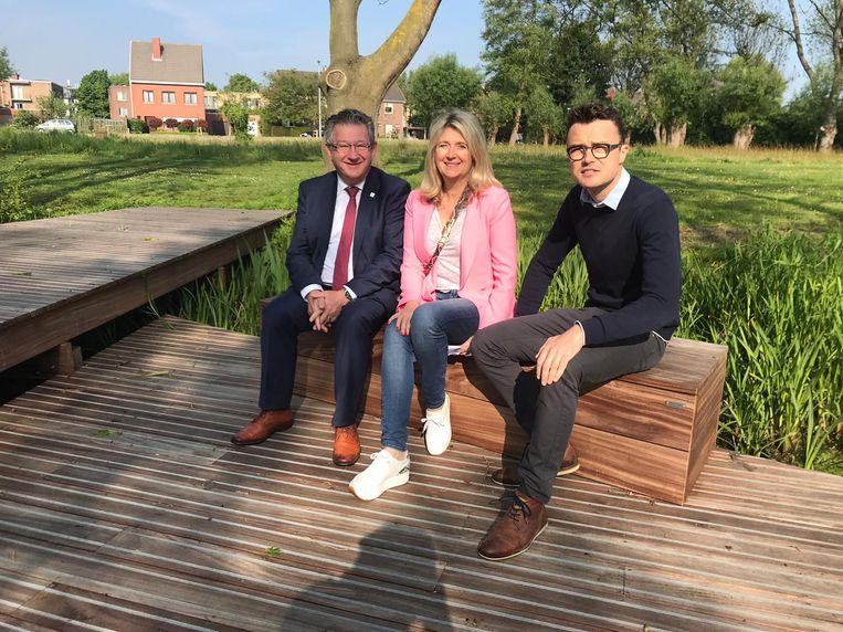 Burgemeester Dirk De fauw, schepen Mercedes Van Volcem en schepen Mathijs Goderis genieten van de natuur in het Montpellierpark.