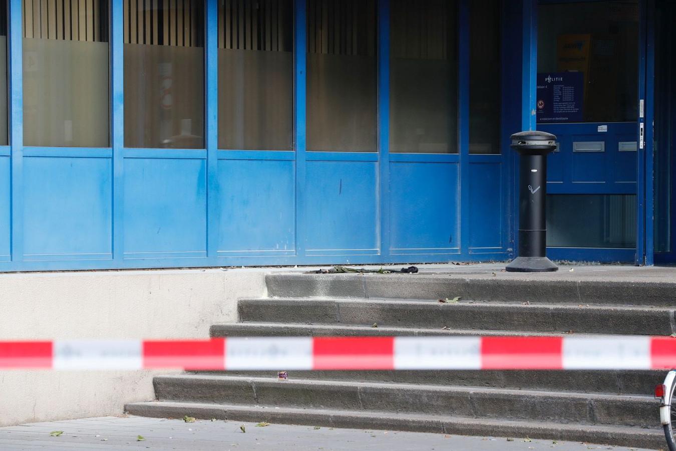 Vanmorgen rond zes uur werd molotovcocktail tegen de hoofdingang van het politiebureau gegooid. De hoofdingang was daarna uren afgezet voor onderzoek.