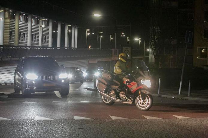 De Turkse minister vertrekt onder begeleiding bij het politiebureau in Nijmegen.