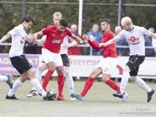 Excelsior'31-speler steekt vingers in zijn oren na goal, UD Weerselo dol van vreugde