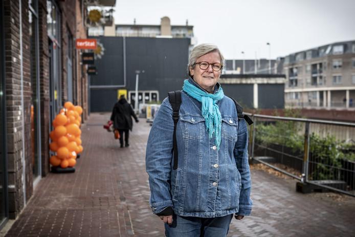 Dieneke Steenbergen, met op de achtergrond het oude havenblok, waar volgens de toiletjuf prima een openbaar toilet kan komen.