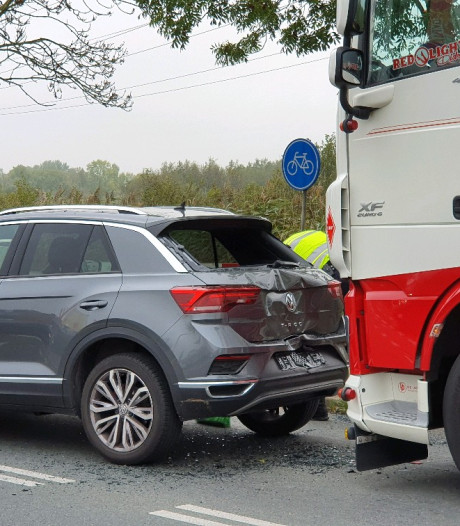 Vrachtwagen rijdt achterop auto in Veenendaal