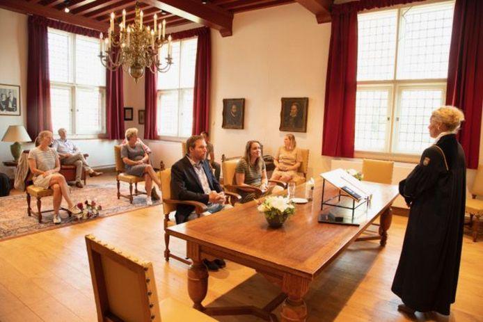 Ondanks het heersende coronavirus togen Lisette van der Beek en Roel Noordam uit Steenbergen toch naar het voormalige stadhuis van Willemstad voor het geregistreerd partnerschap.