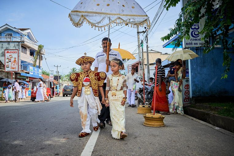 Kinderen tijdens een optocht, verkleed als traditionele bruid en bruidegom. Beeld Theo Stielstra